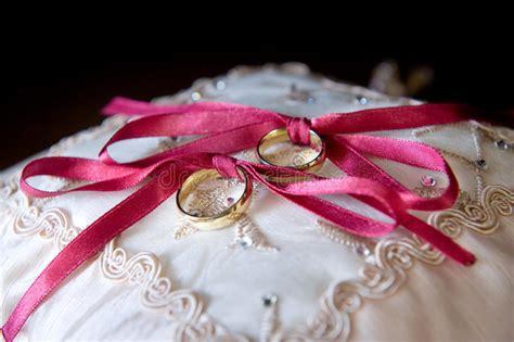 foto sul cuscino fedi nuziali sul cuscino immagine stock immagine di