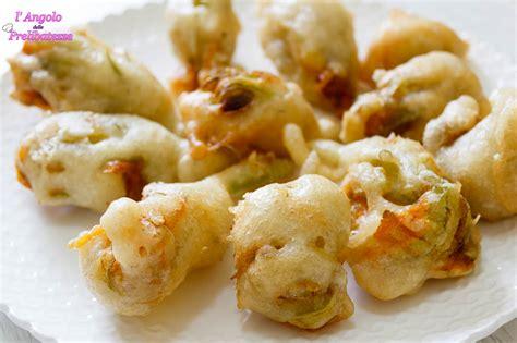 fiori di zucca pastellati fiori di zucca pastellati e fritti ripieni di mozzarella