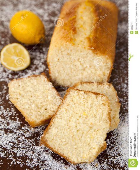 kuchen mit kokosnuss kokosnuss kuchen mit zitronensirup stockbild bild 38622411