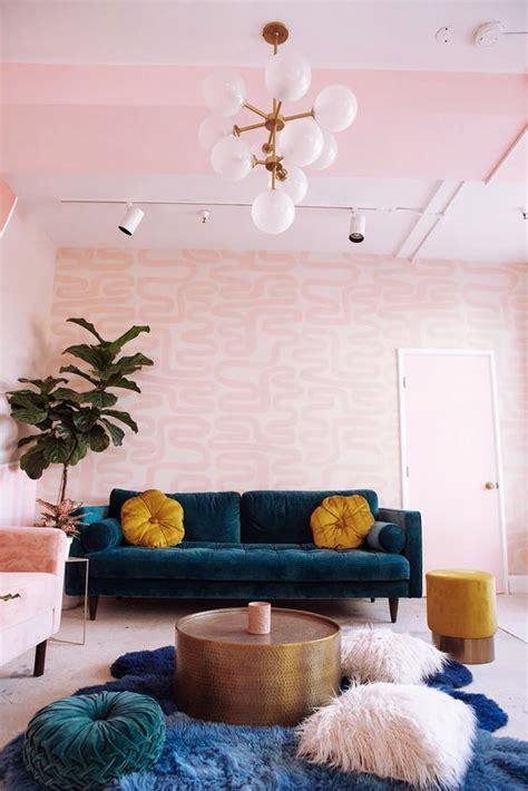 dekorasi ruang tamu  pink bernuansa feminin