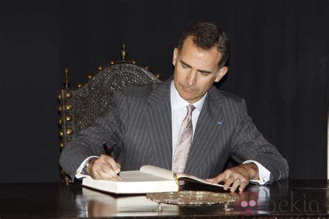 libro felipe el rey felipe firmando en un libro de visitas en su primer viaje a portugal como rey los actos