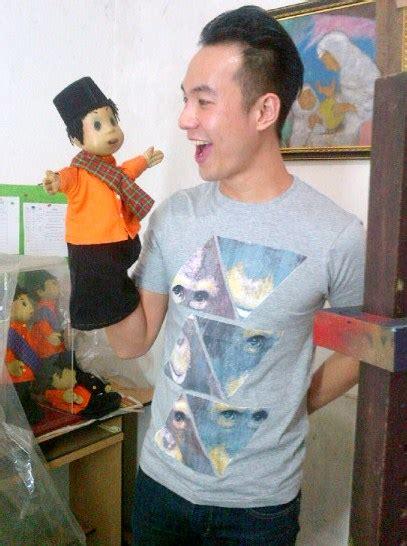 film unyil korea foto daniel mananta saat berfoto bersama boneka si unyil