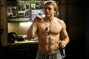 charlie hunnam on pacific rim amp co starring with giant robots and giant monsters
