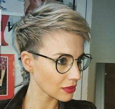 blond pixie mit brille brille frisur frisuren kurze