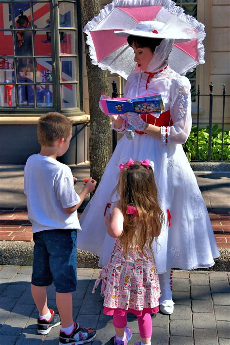 mary poppins in epcot everything mary poppins signing autographs in united kingdom at epcot