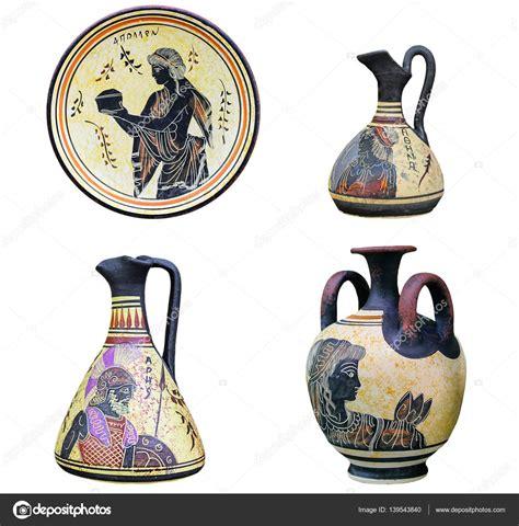 antichi vasi greci set di tre vasi greci antichi e piatto isolato su bianco