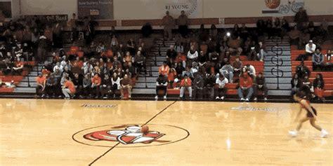 atraksi cheerleader shooting bola sambil salto  udara