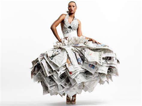 design gaun dari koran trend fashion gaun dari bahan daur ulang
