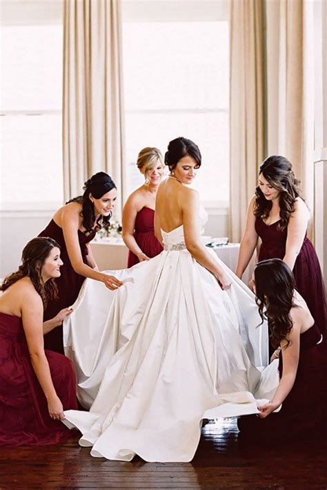 Wedding Dress Photography Ideas by 14 Must Wedding Photo Ideas With Your Bridesmaids