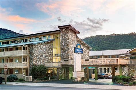 hotel rooms in gatlinburg tn days inn and suites downtown gatlinburg parkway in gatlinburg cheap hotel deals rates