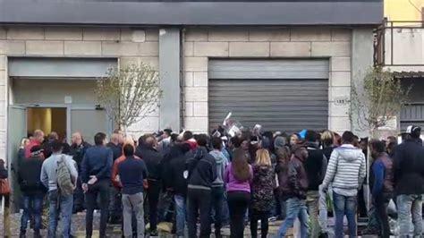 questura di napoli ufficio immigrazione via galileo ferraris 131 i migranti in fila per il permesso di soggiorno con i