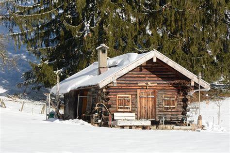 einsame hütte im schnee mieten kostenloses foto winter schnee h 252 tte blockhaus