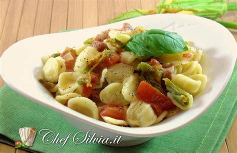 ricetta pasta e fiori di zucca pasta ai fiori di zucca e pomodorini