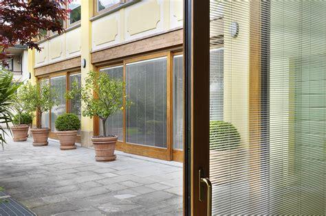 vetri con veneziane interne come arredare gli interni con le tende veneziane sunbell