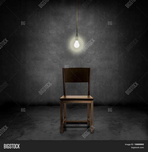 stuhl zum gitarre spielen stuhl im dunklen raum m 246 belideen