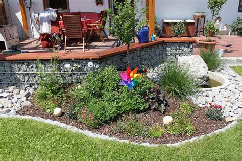 kleine terrasse gestalten beet vor terasse kleiner h 252 gel gestalten hausgarten net