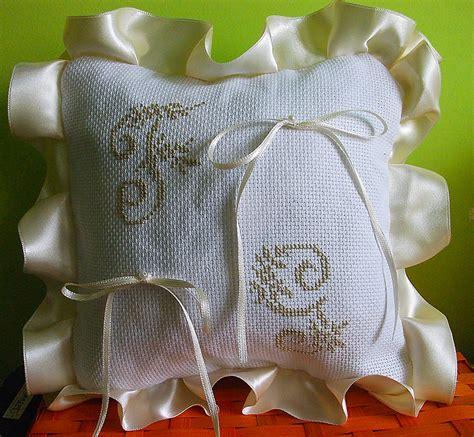 cuscino portafedi ricamato croci e delizie creazioni ad uncinetto filet ricamo