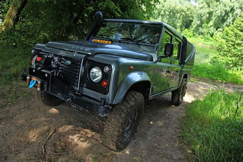 land rover experience defender day out offroad rijden met samuel femmefrontaal