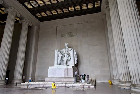 monument of abraham lincoln in washington dc lincoln memorial vandalized