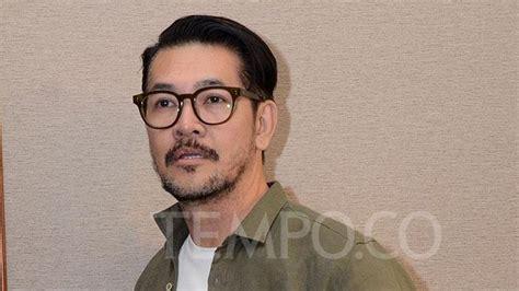 aktor film ahok wajah wajah artis pemeran film a man called ahok foto