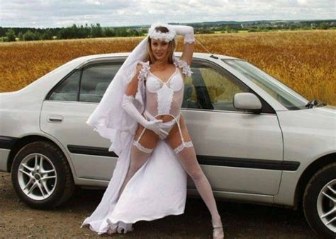 Wedding Falls Out Of Car by 26 Tragically Awkward Wedding Photos Uberhavoc Indoor