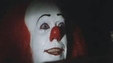 film it il pagliaccio il clown vestito da pennywise corriere tv