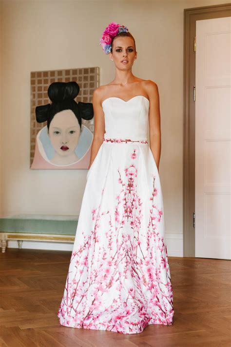 Brautkleider In Farbe brautkleid mit farbe toller kirschbl 252 tendruck taschen