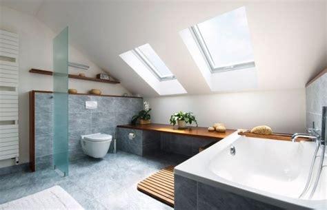 badezimmer graue fliesen badezimmer dachschr 228 ge fenster badewanne graue fliesen