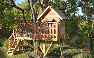 faire une construire une cabane dans les arbres par un