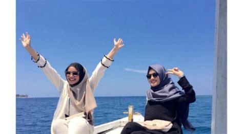 Celana Ala Zaskia Sungkar stylish bergaya di pantai ala zaskia sungkar lifestyle liputan6