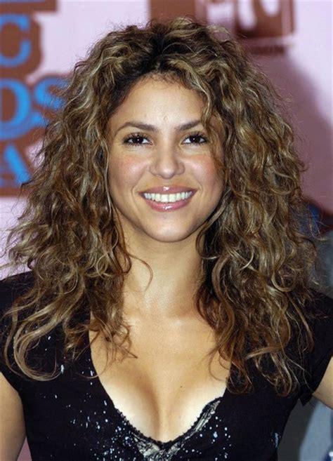 is shakiras hair naturally curly shakira long curls shakira hair looks stylebistro