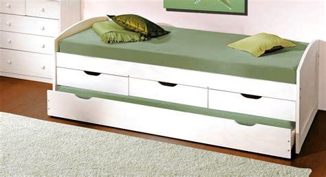 bett mit gästebett klinkerstein wohnzimmer