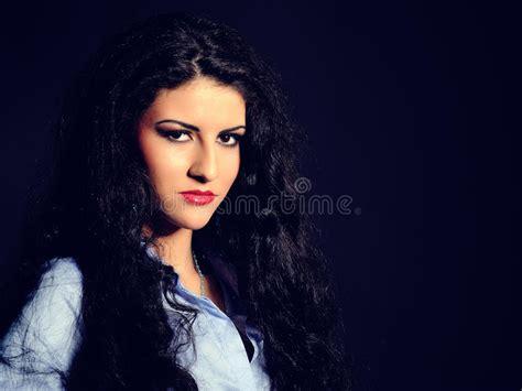mujer con el pelo negro largo sano lujuriante foto de mujer modelo hermosa con el pelo sano negro largo imagen