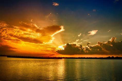 imagenes para fondo de pantalla rayos fondo de pantalla de atardecer mar nubes rayos sol
