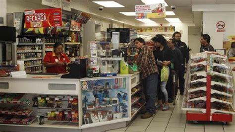 tiendas oxxo venezuela aumentan precios en tiendas de conveniencia trabajador