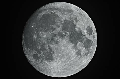 colors of the moon how and why you see different color moon photos the