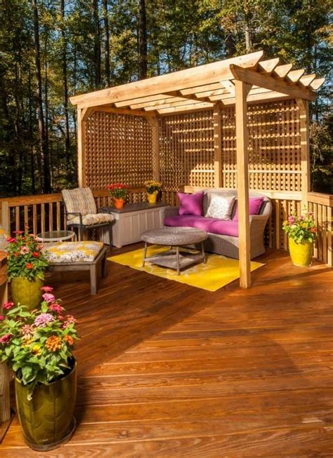 sitzecke terrasse balkon terrasse scihtschutz ideen holz pergola spalieren