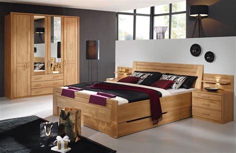 rückwand bett holz graue tapete schlafzimmer