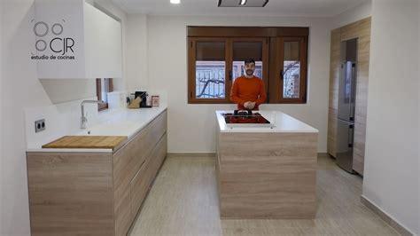 cocina encimera madera cocina moderna con isla color madera y blanco encimera de