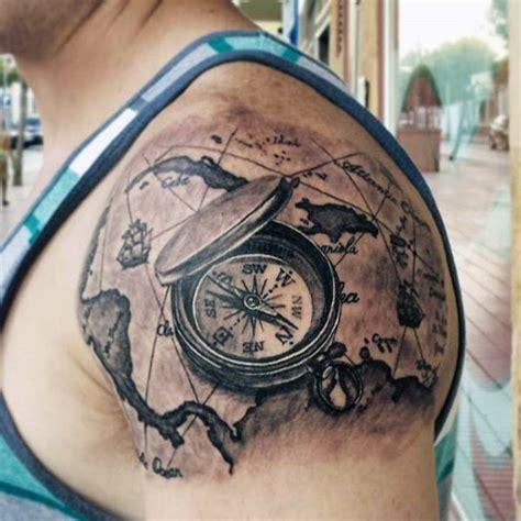 3d schwarzer kompass mit karte tattoo am oberarrm