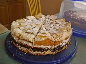 erfrischende kuchen ernies erfrischende quark baiser torte mit pflaumenmus