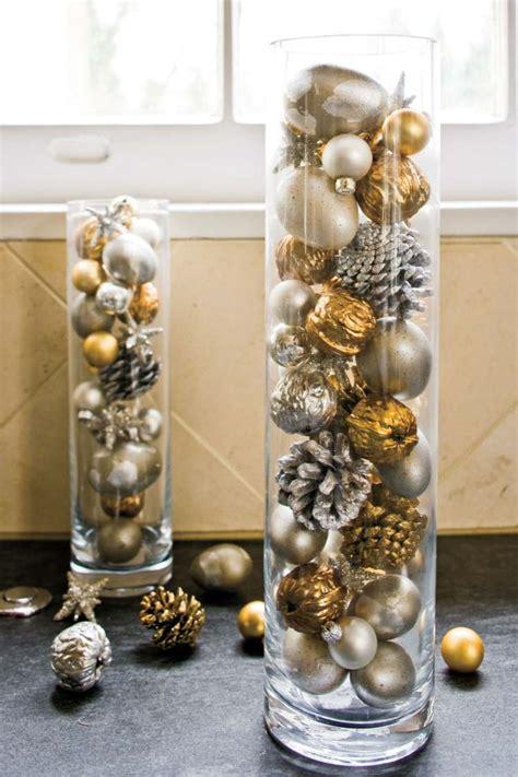 eine grosse glasvase weihnachtlich dekorieren  deko
