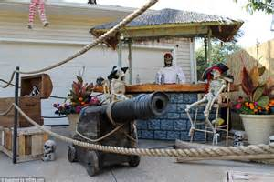 barco pirata halloween ohio halloween house has a run in with full size pirate