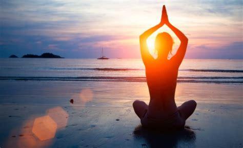 imagenes yoga en la playa los beneficios de hacer yoga en la playa