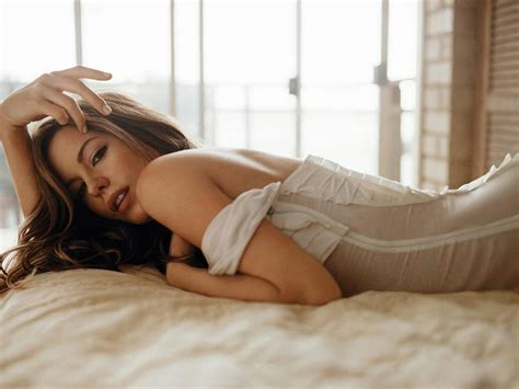 hot girls in bed all about hollywood stars kate beckinsale cool wallpapers