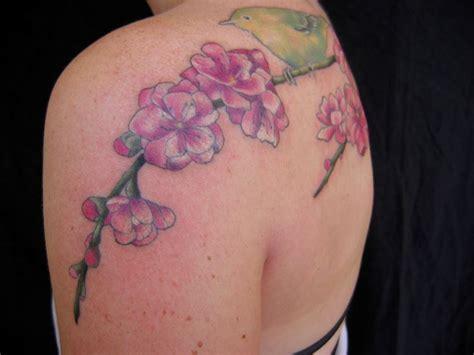 tatuaggi rami con fiori tatuaggio fiori di pesco significato fiori fiore di