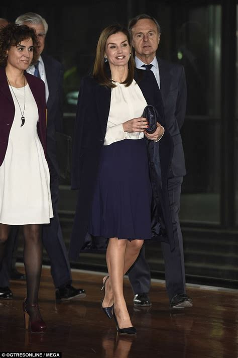 queen letizia is chic in white as she welcomes panamas queen letizia looks chic at cancer forum in madrid daily