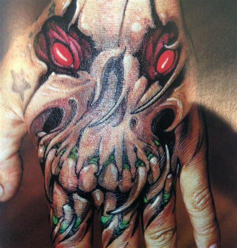 demon tatuaż na dłoni