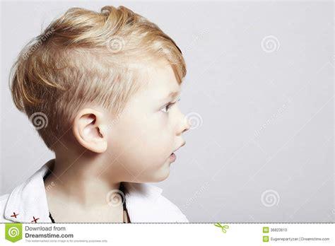 Niño Pequeño Hermoso De Moda. Corte De Pelo Elegante. Niño