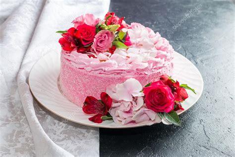 foto con fiori bellissimi torta rosa con bellissimi fiori naturali foto stock